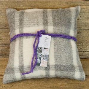 Cuscino di cirmolo in lana di pecora 40 x 40 a quadretti