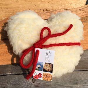 Cuore in lana naturale con interno di noccioli di ciliegia